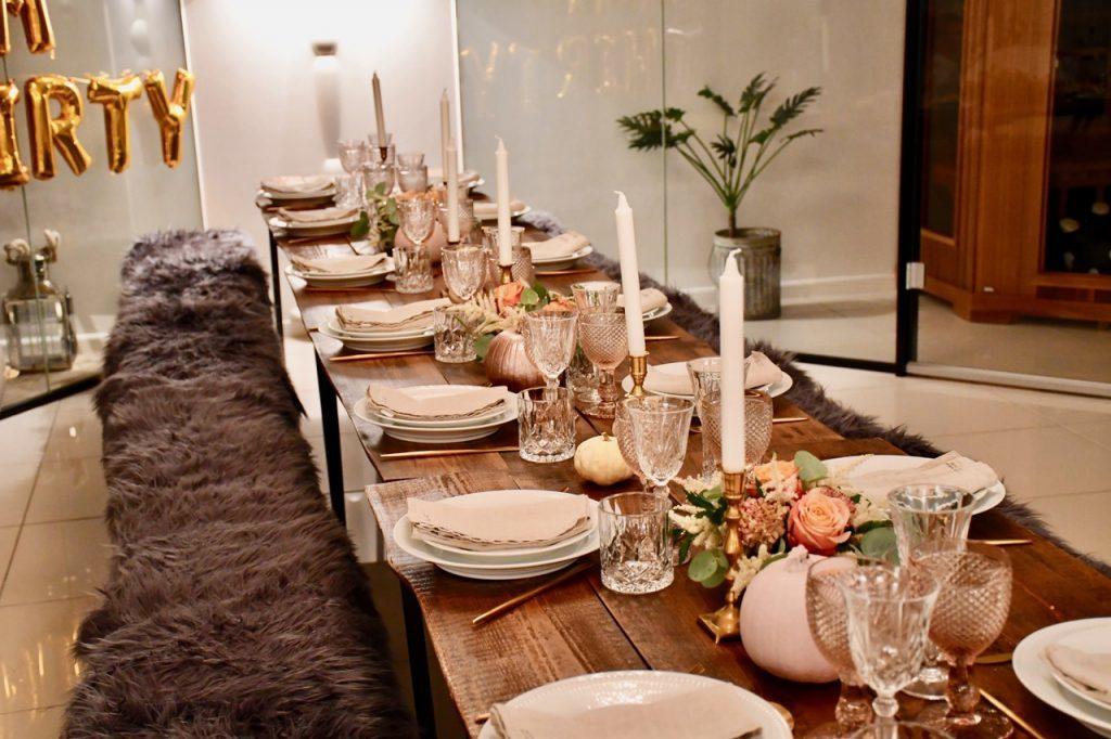 Lea Hvidt Kessler giver massere inspiration til fester. Her har hun dækket op til en smuk fødselsdagsfest med Plankeborde fra Norbord